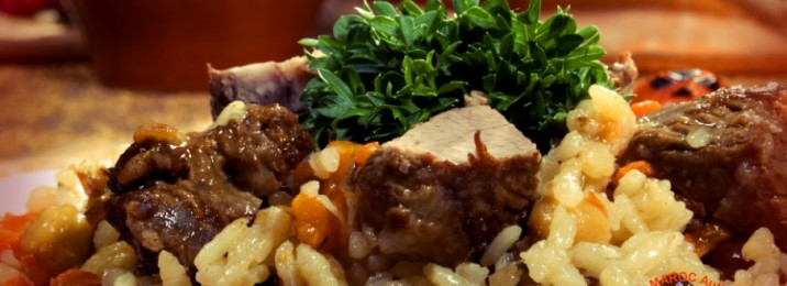 Brochettes de Bœuf ou de poulet ou de kafta (mariné au safran) garni au riz au safran + légumes safranés