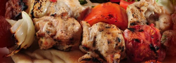 Brochettes de viande + frit + tomate grillée